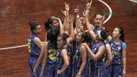 Tim Merpati Bali berhasil atasi perlawanan Tenaga Baru Pontianak pada laga Srikandi Cup 2018 di GOR Lokasari, Jakarta, Rabu (21/3/2018). Merpati Bali menang 61-37. (Bola.com/Nick Hanoatubun)