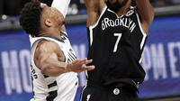 Forward Brooklyn Nets, Kevin Durant (baju hitam) berhadapan dengan forward Milwaukee Bucks, Giannis Antetokounmpo. (AP/Adam Hunger).