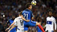 Bek Prancis, Laurent Koscielny, duel udara dengan pemain Luksemburg pada laga Kualifikasi Piala Dunia 2018 di Stadion Municipal, Toulouse, Minggu (3/9/2017). Kedua negara bermain imbang 0-0. (AFP/Franck Fife)