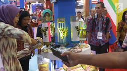 Pengunjung melihat produk yang dipamerkan dalam Apkasi Otonomi Expo (AOE) di JCC Jakarta, Rabu (3/7/2019). AOE 2019 berupaya untuk menawarkan peluang investasi pada para investor. (Liputan6.com/Angga Yuniar)