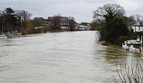 Banjir Inggris, Staines-upon-Thames tahun 2001 (wikimedia commons)
