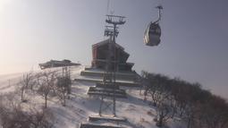 Gondola membawa pemain ski ke puncak lereng di resor ski Masik Pass di Korea Utara (28/1). Resor ski ini dibangun pada tahun 2013 atas perintah pemimpin Korea Utara Kim Jong Un. (AP Photo / Eric Talmadge)