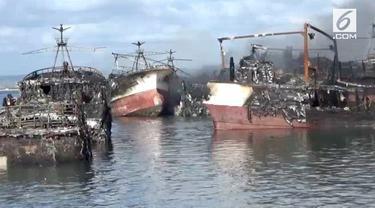 Sekitar 40 unit kapal pencari ikan terbakar hebat di Pelabuhan Benoa, Denpasar Selatan. Sudah 28 jam kebakaran kapal, api belum bisa dipadamkan.