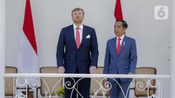 Presiden Joko Widodo (Jokowi) dan Raja Belanda Willem Alexander (kiri) berbincang saat kunjungan kenegaraan di beranda Istana Bogor, Selasa (10/3/2020). Agenda kenegaraan disebutkan membahas kerja sama bilateral di bidang ekonomi dan peningkatan sumber daya manusia. (Liputan6.com/Faizal Fanani)