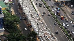 Pemandangan jalur layang mass rapid transit (MRT) yang melintasi tol Jakarta Outer Ring Road (JORR) TB Simatupang, Jakarta, Sabtu (21/4). Jalur MRT ini menghubungkan Lebak Bulus-Bundaran HI Jakarta. (Liputan6.com/Fery Pradolo)