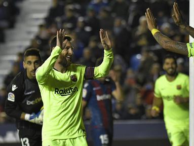 Gelandang Barcelona, Lonel Messi, merayakan gol yang dicetaknya ke gawang Levante  pada laga La Liga di Stadion Ciutat de Valencia, Valencia, Minggu (16/12). Levante kalah 0-5 dari Barcelona. (AFP/Jose Jordan)
