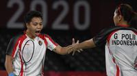 Reaksi ganda putri Indonesia Apriyani Rahayu (kiri) dan Greysia Polii saat melawan Chen Qing Chen dan Jia Yi Fan dari China pada final badminton ganda putri Olimpiade Tokyo 2020 di Musashino Forest Sport, Senin (2/8/2021). Greysia / Apriyani menang 21-19 dan 21-15. (Alexander NEMENOV/AFP)