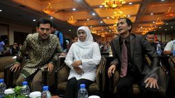 Menteri Sosial Khofifah Indar Parawansa (tengah),  Ketua KPAI Asrorun Niam Soleh (kiri), dan Ketua Komnas HAM Nur Kholis saat menghadiri Rapat Kerja Nasional, Jakarta, Selasa (5/5/2015). (Liputan6.com/Johan Tallo)