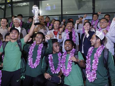 Penyambutan para pemain Timnas Indonesia usai menjadi juara Piala AFF U-22 2019 saat tiba di Bandara Soetta, Tanggerang, Rabu (27/2). Timnas Indonesia mendapatkan bonus sebesar 2,1 milliar rupiah dari Kemenpora. (Bola.com/Yoppy Renato)