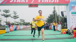 Daniel Mananta mengatakan meskipun maraton menyiksa dirinya karena setelah melakukan hal itu ia merasa kelelahan. Namun ia mengaku selalu enjoy melakukan hobinya tersebut. Bahkan sekarang ia hampir setiap hari lari 10 kilometer. (Liputan6.com/IG/@vjdaniel)