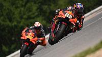 Pembalap KTM, Brad Binder ukir sejarah dengan memenangi MotoGP Ceko di Sirkuit Brno (AFP)