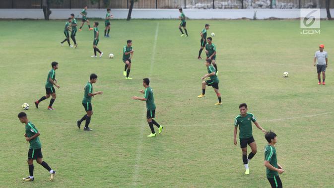 Pemain Timnas Indonesia U-19 melakukan pemanasan jelang latihan menjalani laga perdana Grup A Piala AFC U-19 di Lapangan A Kompleks GBK, Jakarta, Rabu (17/10). Indonesia akan melawan Chinese Taipei, Kamis (18/10). (Liputan6.com/Helmi Fithriansyah)