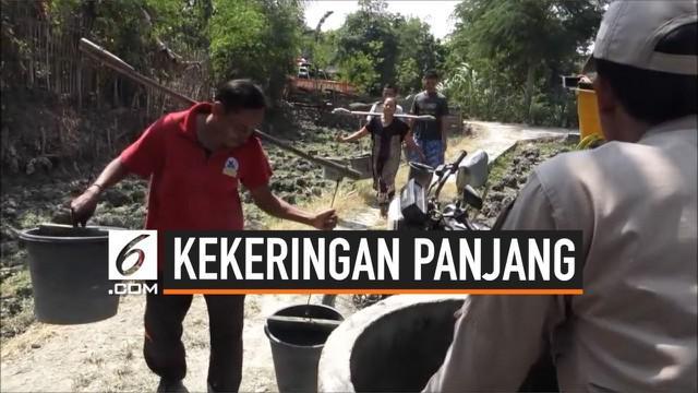 Akibat kekeringan, warga Nganjuk, Jawa Timur, harus mencari air bersih ke tempat yang begitu jauh dari pemukimannya. Mereka terpaksa gunakan dari persawahan untuk kebutuhan hidup.