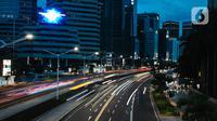 Kondisi lalu lintas di Jalan Jenderal Sudirman, Jakarta, Selasa (29/12/2020). Sejumlah jalan protokol di Jakarta akan ditutup untuk kendaraan dan orang pada malam Tahun Baru 31 Desember 2020. (Liputan6.com/Faizal Fanani)