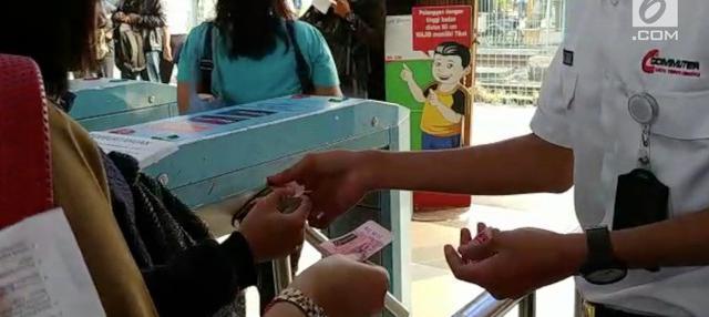 Demi pemilaharaan sistem tiket elektronik, PT PT Kereta Commuter Indonesia (KCI), hari ini, Senin (23/8/2018) kembali memberlakukan pemakaian tiket keras bagi para pengguna setia commuter line.
