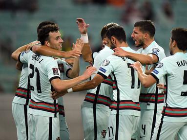 Penyerang Portugal, Diogo Jota (kedua kiri) berselebrasi dengan rekannya usai mencetak gol ketiga timnya ke gawang Azerbaijan pada kualifikasi grup A Piala Dunia 2022 di stadion Olimpiade di Baku, Azerbaijan, Selasa (7/9/2021). Portugal menang telak atas Azerbaijan 3-0. (AFP/Tofik Babayev)