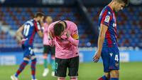 Reaksi pemain Barcelona Lionel Messi saat pertandingan sepak bola La Liga Spanyol antara Levante dan FC Barcelona di stadion Ciutat de Valencia di Valencia, Spanyol, Selasa, 11 Mei 2021. (AP Photo / Alberto Saiz)