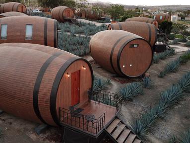 Pemandangan tong raksasa Tequila yang dibangun menjadi hotel di Tequila, negara bagian Jalisco, Meksiko, 22 Maret 2019. Pembuatan hotel unik tersebut terinspirasi dari bentuk tong kayu minuman beralkohol, Tequila. (Photo by ULISES RUIZ / AFP)