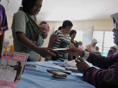 Relawan Di terlihat bertugas di Pos Pelayanan Terpadu (POSYANDU) Gerogol Selatan, Kebayoran Lama, Jakarta, (29/4/4) (Liputan6/JohanTallo)