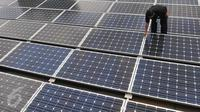 Seorang petugas memeriksa panel surya di kantor Kementrian ESDM, Jakarta, Rabu (2/3/2016). Dalam APBN 2016, Kementerian ESDM mengalokasikan dana sebesar Rp 1,4 triliun untuk pengembangan aneka energi terbarukan. (Liputan6.com/Gempur M Surya)