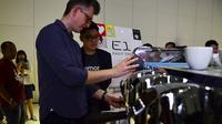 James Hoffman, World Barista Champion 2007, tengah meracik kopi menggunakan mesin kopi terbaru dari Nuova Simonelli, Victoria Arduino Eagle One didampingi oleh Tony Arifin, CEO Toffin Indonesia di Ciputra Artpreneur, Kuningan, Jakarta Selatan (15/02).
