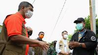 Ketua Satgas COVID-19 Doni Monardo berbincang bersama Ali di Jambi (Ali baju hitam) pada Jumat (7/5/2021), menceritakan  Kampung Payo Selincah dilanda petaka COVID-19, lebih dari separuh warga terpapar COVID-19. (Tim Komunikasi Satgas COVID-19)