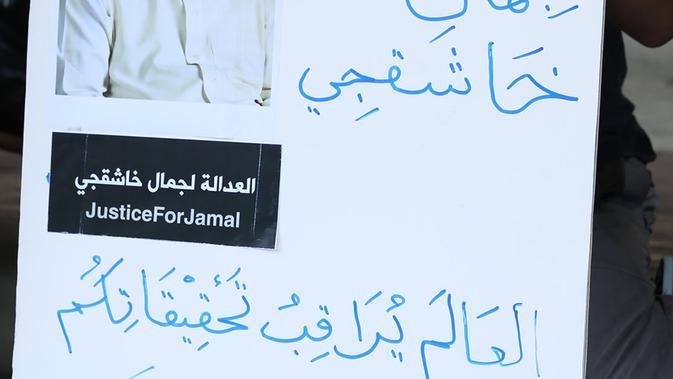 Anggota Jurnalis Freelance Indonesia unjuk rasa hilangnya Jamal Khashoggi di depan Kedutaan Besar Arab Saudi, Jakarta, Jumat (19/10). Aksi simpati ini mengecam dugaan pembunuhan terhadap jurnalis Arab Saudi Jamal Khashoggi. (Merdeka.com/Imam Buhori)