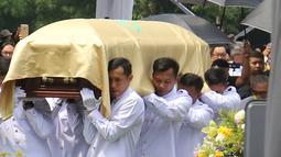 Kerabat menggotong peti jenazah Chairman dan Founder Grup Ciputra Dr (HC), Almarhum Ir. Ciputra saat prosesi pemakaman di Jonggol, Bogor, Kamis (5/12/2019). Ciputra meninggal dunia dalam usia 88 tahun di rumah sakit di Singapura pada 27 November 2019 lalu. (Liputan6.com/Herman Zakharia)