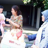 Kesederhanaan sangat melekat pada keluarga selebriti Ruben Onsu. Sarwendah terlihat santai saat berbelanja di pasar tardisional sambil mengendong putrinya, Thalia. (Instagram/sarwendah29)