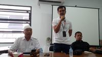 Sales Brand Manager Pertamina Wilayah III Jawa Barat, Arthur Kemal Pamungkas, tengah memberikan penjelasan di depan wartawan, mengenai rencana penambahan pasokan LPG dan BBM menjelang natal dan tahun baru di Priangan Timur (Liputan6.com/Jayadi Supriadin)