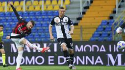Striker AC Milan, Ante Rebic (kiri) melepaskan tendangan yang berbuah gol pertama timnya ke gawang Parma dalam laga lanjutan Liga Italia 2020/2021 pekan ke-30 di Ennio-Tardini Stadium, Parma, Sabtu (10/4/2021). AC Milan menang 3-1 atas Parma. (LaPresse via AP/Spada)