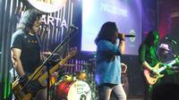 """Powerslaves saat tampil di Konser """"Find Our Love Again Tour 2018"""" di Hard Rock Cafe, Jakarta, Kamis (9/8). (Liputan6.com/Edu Krisnadefa)"""