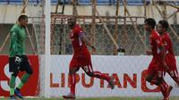 Selebrasi bek Persik Kediri, Andri Ibo (kedua dari kiri) usai mencetak gol kedua timnya ke gawang Madura United lewat eksekusi penalti dalam laga Grup C Piala Menpora 2021 di Stadion Si Jalak Harupat, Bandung, Sabtu (3/4/2021). Persik menang 2-1 atas Madu
