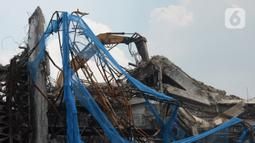 Pekerja membongkar bangunan Gedung Kejaksaan Agung setelah terbakar di Jakarta, Rabu (14/4/2021). Komisi III DPR menyetujui penambahan anggaran Kejaksaan Agung sebesar Rp 350 miliar untuk tahun 2021. (merdeka.com/Imam Buhori)