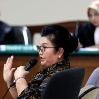 Eks Menkes, Siti Fadilah Supari menjadi saksi di persidangan kasus korupsi pengadaan alat kesehatan untuk penanganan wabah flu burung tahun 2006, Jakarta, Rabu (9/9/2015). Dalam kasus ini, Siti juga berstatus sebagai tersangka. (Liputan6.com/Helmi Afandi)