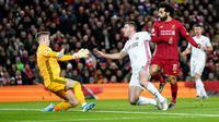 Pemain Liverpool Mohamed Salah (kanan) mencetak gol ke gawang Sheffield United pada pertandingan lanjutan Liga Inggris di Anfield Stadium, Liverpool, Inggris, Kamis (2/1/2020). Liverpool menang 2-0. (AP Photo/Jon Super)