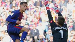 Kepa Arrizabalaga berusaha menepis bola tendangan pemain Barcelona Philippe Coutinho selama pertandingan La Liga Spanyol di stadion Camp Nou (18/3). Kepa diboyong Chelsea dengan dana 71,6 juta poundsterling (Rp 1,3 triliun). (AFP Photo/Pau Barrena)
