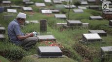 Umat muslim berdoa di makam keluarga saat ziarah kubur di Tempat Pemakaman Umum (TPU) Menteng Pulo, Jakarta, Minggu (28/4/2019). Sepekan menjelang datangnya bulan Ramadan, banyak masyarakat melakukan ziarah kubur mendoakan mendiang keluarga dan kerabat mereka. (Liputan6.com/Faizal Fanani)