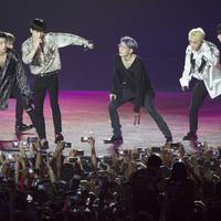 Boy Band asal Korea, Ikon saat penutupan Asian Games di SUGBK, Jakarta, Minggu (2/9/2018). (Bola.com/Vitalis Yogi Trisna)