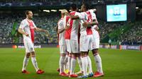 Para pemain Ajax merayakan setelah Sebastien Haller mencetak gol ke gawang Sporting CP pada pertandingan Grup C Liga Champions di Stadion Alvalade, Lisbon, Portugal, Rabu (15/9/2021). Ajax menang 5-1. (AP Photo/Armando Franca)