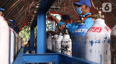Warga Serbu Pengisian Tabung Oksigen Gratis di Kota Tangerang