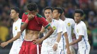 Pemain timnas indonesia, Osvaldo Haay, tampak lesu usai dikalahkan Malaysia pada laga semifinal Sea Games 2017 di Stadion Shah Alam, Selangor, Sabtu (26/8/2017). Malaysia menang 1-0 atas Indonesia. (Bola.com/Vitalis Yogi Trisna)