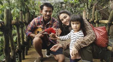 Rio Dewanto telah menikah dengan Atiqah Hasiholan pada 23 Agustus 2013 silam. Keduanya pun dikaruniai buah hati bernama Salma. Memasuki usia penikahan yang keenam, mereka kerap memperlihatkan keharmonisan yang dibagikan ke masing-masing akun Instagram. (Liputan6.com/IG/@riodewanto)