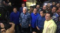 Ketum PAN Zulkifli Hasan dan jajarannya menyambangi Markas DPP Partai Golkar di Jakarta Barat, Kamis (12/3/2020) malam. (Liputan6.com/Muhammad Radityo Priyasmoro)