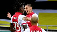 Para pemain Ajax Amsterdam merayakan gol yang dicetak oleh Lassina Traore ke gawang VVV-Venlo pada laga Eredivisie di Stadion De Koel, Minggu (25/10/2020). Ajax Amsterdam menang dengan skor 13-0. (AFP/Olaf Kraak)