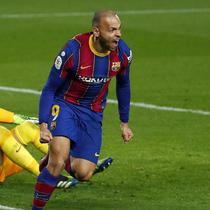 Striker Barcelona, Martin Braithwaite melakukan selebrasi usai mencetak gol ketiga timnya ke gawang Sevilla dalam laga leg kedua semifinal Copa Del Rey 2020/21 di Camp Nou Stadium, Rabu (3/3/2021). Barcelona menang 3-0 melalui extra time dan lolos ke babak final. (AP/Joan Monfort)