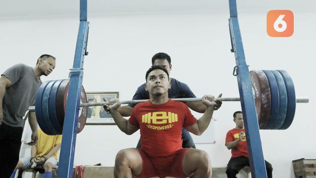 Atlet angkat besi, Eko Yuli Irawan, saat sesi latihan di Pelatnas angkat besi, Jakarta, Rabu (21/3/2018). Eko Yuli Irawan bertekad ingin memecahkan rekor pribadi di Asian Games 2018. (Bola.com/M Iqbal Ichsan)