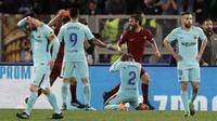 Para pemain Barcelona tampak kecewa usai ditaklukkan AS Roma pada laga leg kedua perempat final Liga Champions, di Stadion Olimpico, Selasa (10/4/2018). AS Roma menang 3-0 atas Barcelona. (AP/Andrew Medichini)