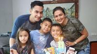 Donna Agnesia dan Darius Sinathrya bersama anak-anaknya (Instagram/@dagnesia)