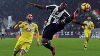 Gelandang Juventus, Kwadwo Asamoah, membuang bola dari pemain Pescara, Francesco Zampano. Gol kedua Juventus dicetak Mario Mandzukic pada menit ke-63. (Reuters/Giorgio Perottino)
